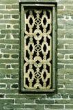 Fenster in der Backsteinmauer Asien-chinesischen traditionellen Volkshauses mit Design und Muster orientalischer klassischer Art  Stockbild