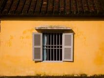 Fenster in der gelben Wand Stockfoto
