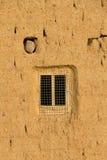 Fenster in der Lehmziegelmauer Lizenzfreie Stockbilder