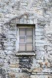 Fenster in der mittelalterlichen Kalksteinwand Lizenzfreies Stockbild