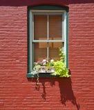Fenster in der roten Backsteinmauer Stockfotografie