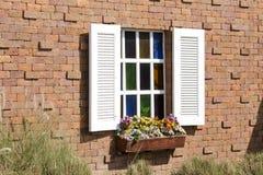 Fenster in der roten Backsteinmauer Lizenzfreies Stockbild