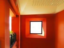 Fenster in der roten Wand Lizenzfreie Stockbilder