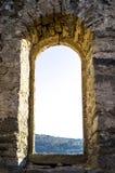 Fenster der ruinierten kleinen Kirche stockbilder