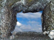 Fenster in der Steinwand lizenzfreies stockbild