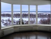 Fenster der Veranda die Winterlandschaft übersehend Stockfotografie