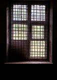 Fenster in der Zelle mit Stäben Stockfotos