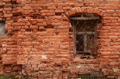 Fenster des alten Backsteinhauses stockbilder