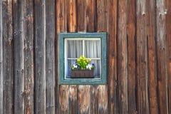 Fenster des alten hölzernen Blockhauses auf Wandhintergrund Stockbilder