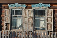 Fenster des alten hölzernen Hauses Lizenzfreies Stockfoto