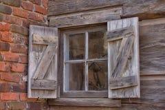 Fenster des alten Klotzbauernhauses lizenzfreie stockfotografie