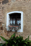 Fenster des alten Landes mit Eisenstangen Stockfotografie