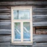 Fenster des alten traditionellen russischen hölzernen Hauses. Lizenzfreies Stockfoto