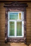 Fenster des alten traditionellen russischen hölzernen Hauses. Stockbild