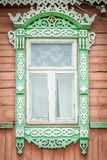 Fenster des alten traditionellen russischen hölzernen Hauses. Lizenzfreie Stockbilder