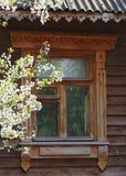 Fenster des alten traditionellen russischen Hauses Lizenzfreies Stockfoto