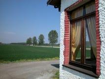 Fenster des Bauernhofes in der Landschaft Stockbild