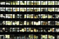 Fenster des Geschäftswolkenkratzers Stockfotografie