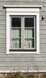Fenster des Holzhauses stockbild