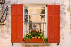 Fenster des Kolonialhauses mit Blumen lizenzfreie stockfotografie