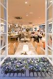 Fenster des Restaurants mit Blumen Lizenzfreies Stockfoto