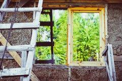 Fenster des unfertigen Hauses Lizenzfreies Stockbild