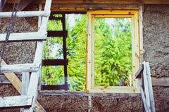 Fenster des unfertigen Hauses Stockfoto