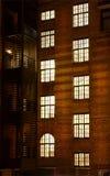 Fenster des Ziegelsteingebäudes Lizenzfreies Stockfoto