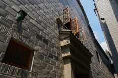 Fenster des zweiten Stocks in altmodischer Gasse Lizenzfreie Stockfotografie