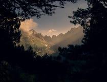 Fenster in die Berge lizenzfreies stockfoto