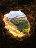 Fenster in die Seele Träumerische Zeit in die Berge Perfekte Szene von der hoher Gebirgshöhle stockbild