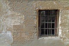 Fenster in einem Adobe-Gebäude in einem spanischen Auftrag Stockfotos