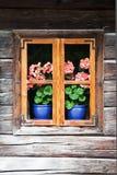 Fenster in einem alten Blockhaus Stockfotografie