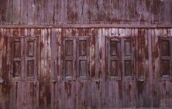 Fenster in einem alten Holzhaus stockfotografie