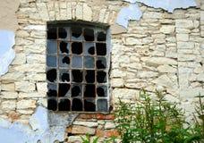 Fenster in einem alten Steingebäude Stockbilder