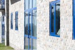 Fenster in einem Backsteinbau des Granits Stockfotos