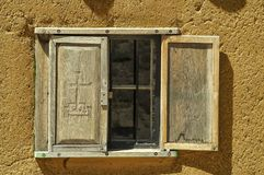 Fenster in einem Gebäude des luftgetrockneten Ziegelsteines Stockbild
