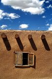 Fenster in einem Gebäude des luftgetrockneten Ziegelsteines Stockfotos