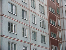 Fenster in einem Wohnplattenhaus Lizenzfreies Stockfoto