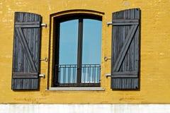 Fenster in einer gelben Wand Stockfotografie