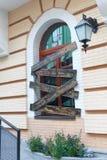 Fenster in einer klassischen Art und in einer Dekoration von hölzernen Planken Stockbild