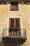 Fenster in einer kleinen italienischen Stadt Stockbilder