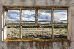 Fenster einer ruinierten Fabrik Stockbild