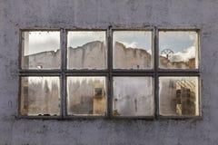 Fenster einer ruinierten Fabrik Lizenzfreie Stockfotografie