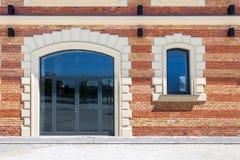 Fenster in einer Wand des roten Backsteins Lizenzfreie Stockfotos