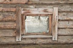 Fenster eines alten hölzernen Hauses Stockfotos