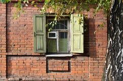 Fenster eines alten russischen Hauses Stockbild