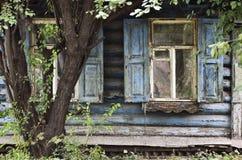 Fenster eines alten russischen Hauses Lizenzfreie Stockfotos