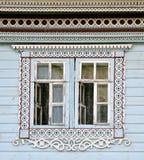 Fenster eines alten russischen Hauses verziert mit dem Schnitzen, Russland Lizenzfreie Stockfotos