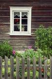 Fenster eines alten traditionellen Blockhauses stockbild